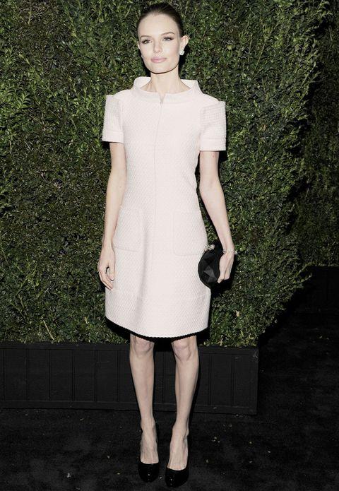 <p><strong>Kate Bosworth</strong> eligió un favorecedor modelo de cuello estrcuturado en rosa palo de la<strong> colección Couture Primavera 2013</strong>. Remató el look con complementos en negro.</p>