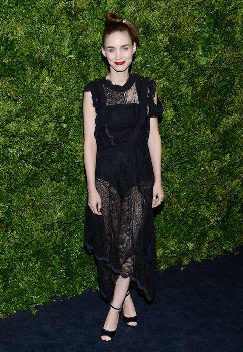 <p>Fiel a su estilo encontramos a <strong>Rooney Mara</strong> en la fiesta con un vestido midi en negro de encaje, sandalias a juego y un original peinado.&nbsp;</p>