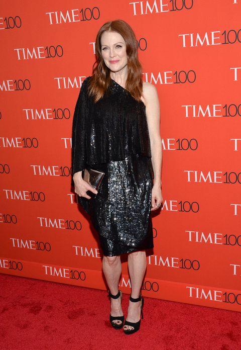 <p>Brillante&nbsp;<strong>Julianne Moore</strong> con este vestido asimétrico en negro con 'paillettes', sandalias al tobillo y clutch metalizados.</p>
