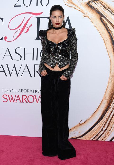 <p>Demasiado atrevida en los Premios CFDA 2016 con un estilismo en dos piezas de <strong>Marc Jacobs</strong> con top metalizado y pantalones de terciopelo.</p><p></p>