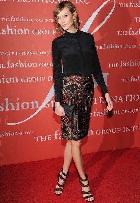 <p>La modelo <strong>Karlie Kloss</strong> demuestra que una sencilla camisa negra puede estar dentro de un look de alfombra roja. ¿Cómo? Combinándola con una falda joya de <strong>Prabal Gurung</strong>, clutch glitter y sandalias metalizadas.</p>