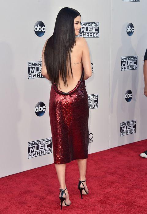 <p>El vestido de Selena dejaba la parte más sexy para el escote al aire de la espalda.</p>