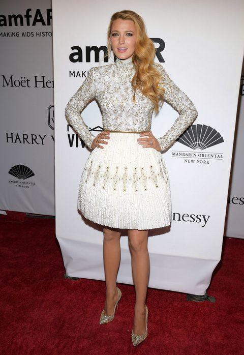 <p><strong>Blake Lively</strong>&nbsp;también acertó con su vestido blanco con detalles joya dorados de <strong>Chanel</strong> y salones de <strong>Louboutin</strong>.&nbsp;</p>