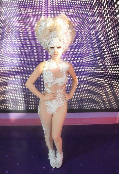 <p>La cantante no solo jugaba con su ropa, su pelo forma parte del espectaculo como por ejemplo en este look de encaje blanco.</p>