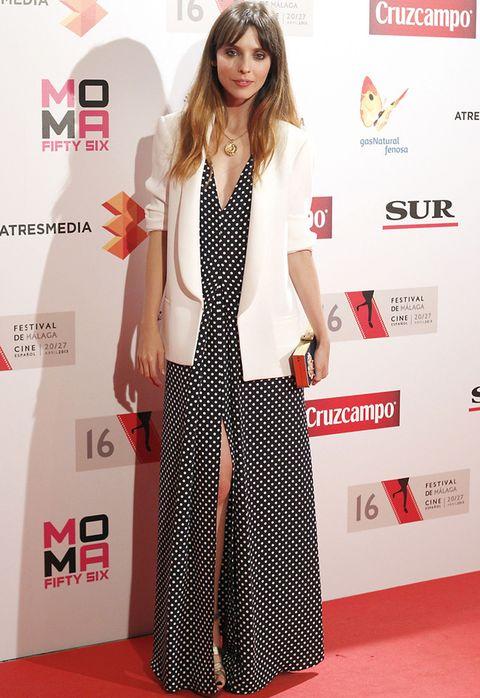 <p><strong>Leticia Dolera</strong> siempre sabe acertar con ese look diferente. De 10 con su vestido largo de topos y blazer oversize blanco.</p>