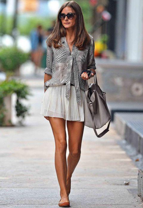 <p>Nos encanta el mix de la socialité Olivia Palermo de minifalda tableada blanca con blusa 'print' cebra y bolso midi en gris.</p>