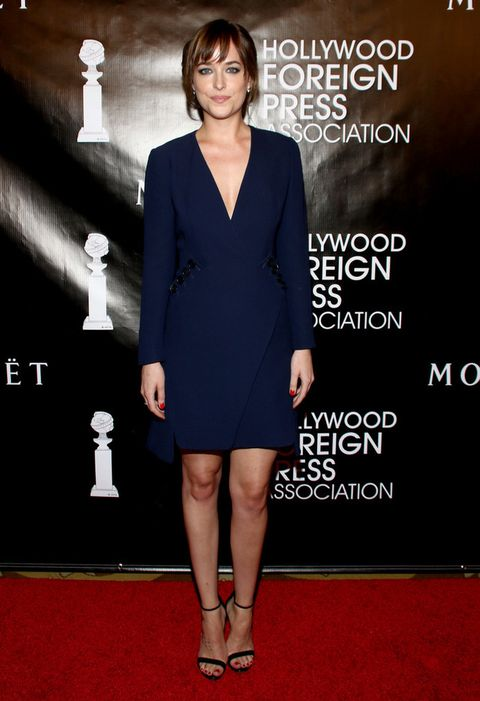 <p>Sencilla pero muy elegante vimos a <strong>Dakota Johnson</strong>en el banquete anual de Asociación de la Prensa Extranjera de Hollywood con un minivestido de escote en uve en azul con botones negros en los bolsillos de <strong>Dior</strong>, más sandalias minimal también en negro.</p>