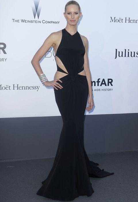 <p>Está claro que el negro es uno de los mejores colores para lucir vestidos cut out. <strong>Karolina Kurkova</strong> es un ejemplo con este outfit de <strong>Roberto Cavalli</strong> con un vestido negro de línea sirena y escote halter con aberturas en la cintura.</p>