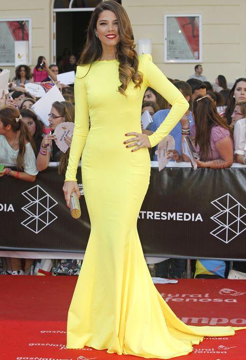 <p>Una vez más,<strong>Juana Acosta</strong> volvió a dejarnos con un verdadero look de alfombra roja con un vestido de línea sirea en amarillo de lo más minimal. Un clutch dorado y toques de rojo en su maquillaje y su manicura hicieron el resto.</p>