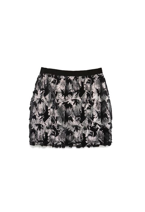 <p>Minifalda con estampado bicolor a base de <i>paillettes</i> de <strong>Zara,</strong> 29,95 €.</p>