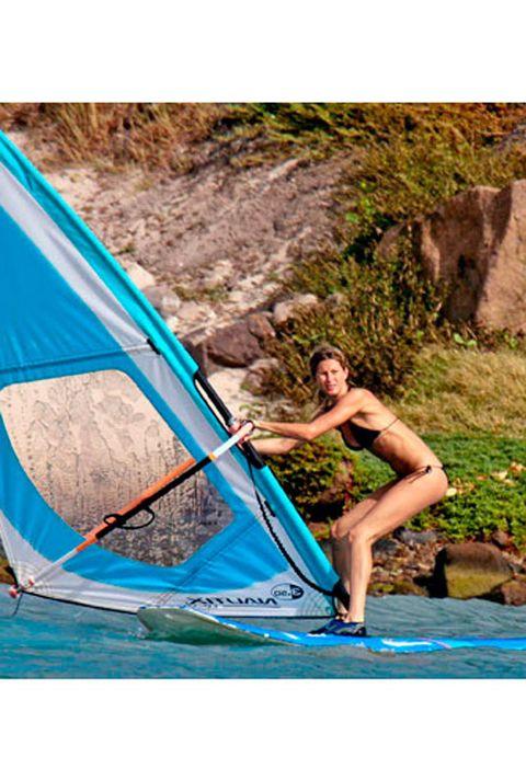 <p>Gisele Bündchen además de practicar yoga también ha hecho sus pinitos en windsurf. <strong>Si vas a empezar, haz como la modelo y elige un día en el que el oleaje brille por su ausencia y no haya demasiado viento</strong> (un poco sí es necesario), te pondrá las cosas mucho más fáciles.</p>