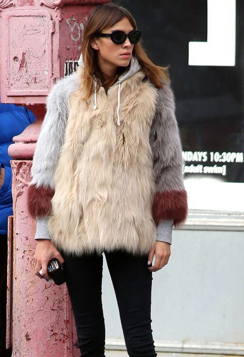 <p>Un abrigo de pelo tricolor es el apunte folk a este 'outfit' de Alexa Chung, muy casual, con sudadera gris deportiva, pitillos oscuros y botines.</p>