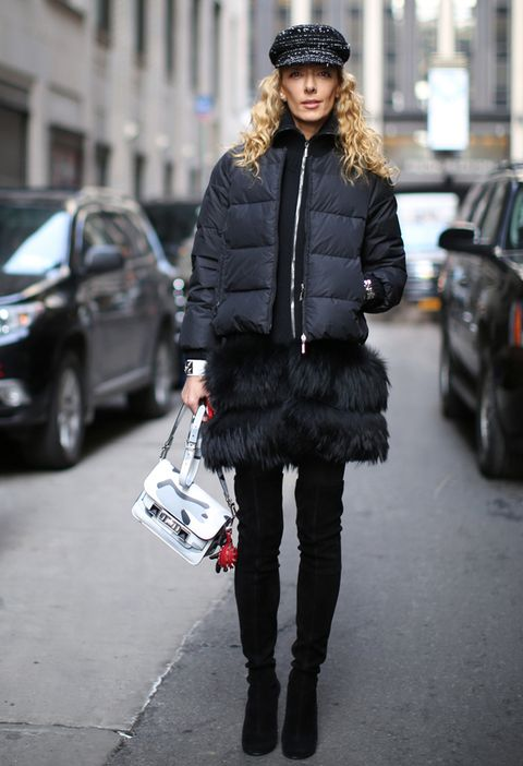 <p>En las calles de Nueva York, el plumas corto acolchado se lleva con falda de plumas, botas mosqueteras y complementos súper chic, como la gorra y la bandolera 'arty'.</p>