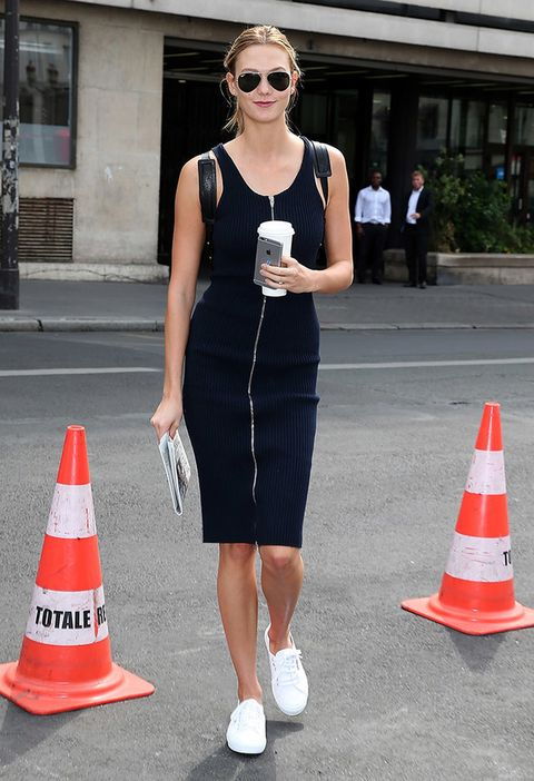 <p>El tándem blanco y negro pocas veces falla: la modelo<strong>Karlie Kloss</strong> resta seriedad a su vestido negro acompañándolo de unas inmaculadas zapatillas blancas.<strong></strong></p>