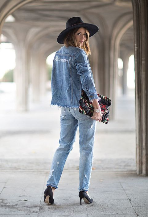 <p>Detrás de<strong>Lovely Pepa</strong>encontramos a Alexandra Pereira con un estilismos 'total denim' en el que destaca su cazadora vaquera customizada. Alexandra personaliza el look con un bolso de mano de inspiración étnica y maxi sombrero.</p>