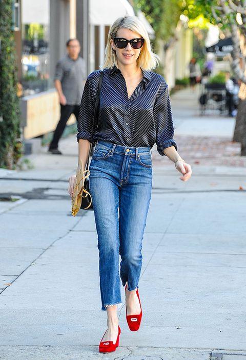 <p>La actriz de <i>Scream Queens&nbsp;</i><strong>Emma Roberts&nbsp;</strong>acierta con vaqueros de largo capri, blusa de lunares y zapato rojo de tacón bajo para recrear un look de lo más femenino.</p>