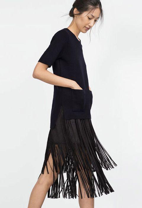<p>Falda midi con flecos a dos alturas de <strong>Zara,</strong>39,95 €.</p>