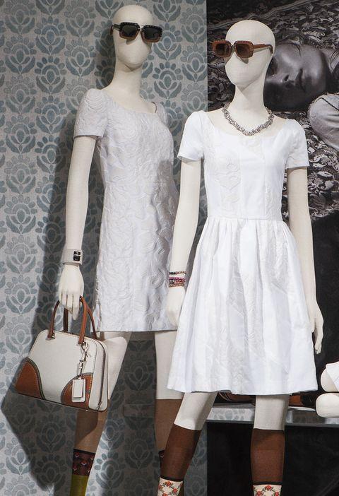 <p>Dos de los vestidos blancos de la colección cápsula: el de la izquierda es recto, con cierta inspiración años sesenta, mientras que el de la derecha tiene algo de vuelo en la falda.</p>