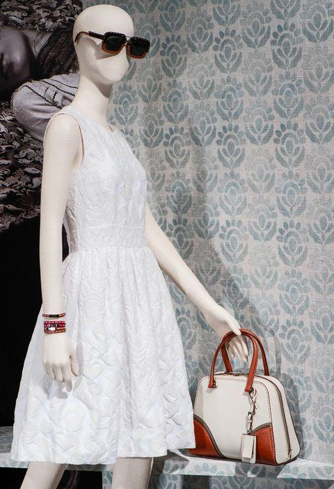 <p>Sin mangas y con falda de vuelo, el tejido del vestido con su trabajo en cloqué de algodón y en el crêpe de chine resulta muy favorecedor.</p>