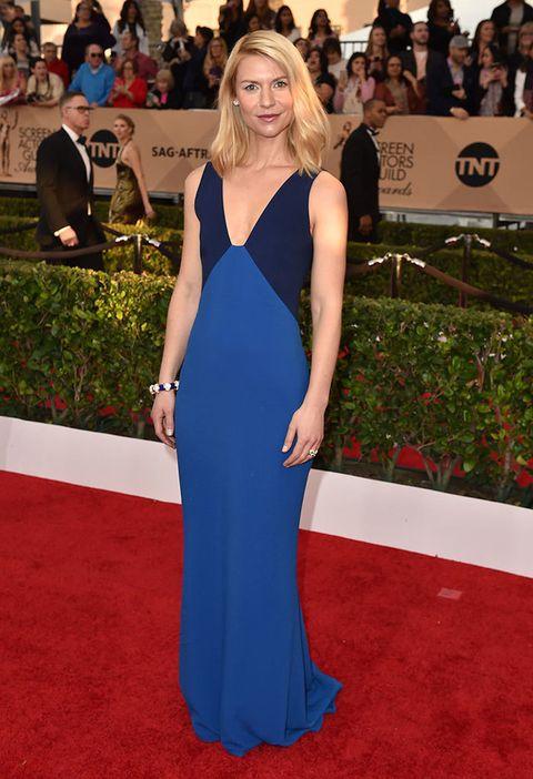 <p>Muy sencilla, en los SAG Awards 2016&nbsp;confió en un diseño bicolor de <strong>Stella McCartney.</strong></p>