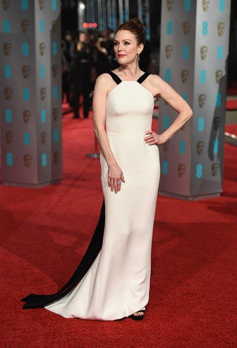 <p>La más elegante de la gala de los BAFTA 2016 fue&nbsp;<strong>Julianne Moore&nbsp;</strong>con un vestido bicolor de tirantes y cuerpo sirena acabado en una sutil cola de&nbsp;<strong>Armani Alta Costura</strong> y joyas de <strong>Chopard</strong>.&nbsp;</p>