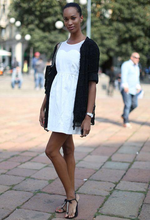 <p>Un sencillo vestido blanco puede tener un 'twist' combinándolo con una chaquetita larga negra, un bolso negro y planos en los que se unan ambos tonos.</p>