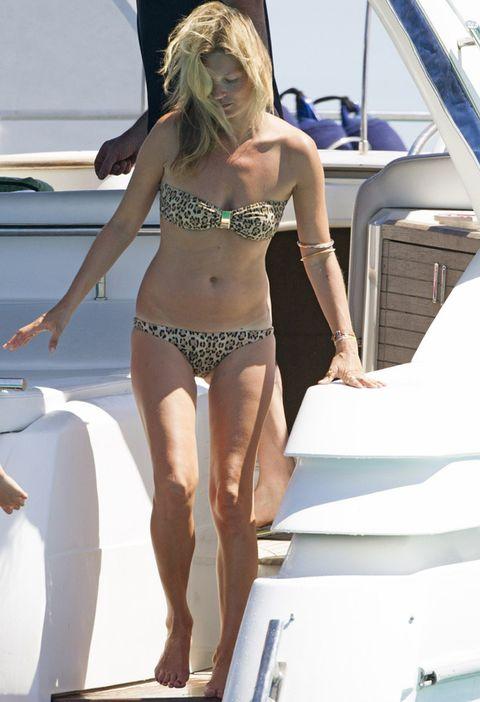<p>Siempre que puede arriesga, también con los bikinis. Fichamos este modelo bandeau de animal print con un detalle dorado en la parte de arriba que luce <strong>Kate Moss</strong>.&nbsp;</p>