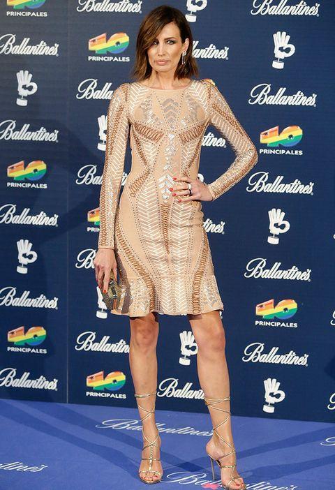 <p>La modelo optó por un vestido con bordados y apliques en tono <i>nude</i>además de sandalias anudadas.</p>