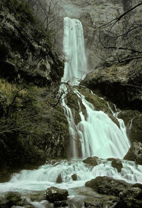 <p>Si tienes la suerte de visitar esta cascada en plena temporada de lluvias, verás cómo descienden ¡hasta 100.000 litros de agua por segundo! Lo del 'reventón' viene porque el río Mundo no va subiendo gradualmente, sino que puede pasar de ir casi seco a enormemente caudaloso en un plis plas, lo que provoca una 'explosión' sonora que genera esa enorme cascada. Se encuentra en Riópar (Albacete), en un espacio natural de bosques de conífieras donde los muflones, las águilas y los gatos monteses han encontrado su hogar.</p>