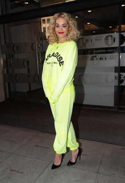 <p>Lucir bien un chándal amarillo neón es bastante imposible, pero si encima decides que el mejor accesorio son unos salones de pinchos como hace <strong>Rita Ora</strong>, el error está asegurado.</p>