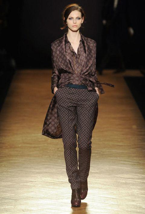 <p>Pantalón, batín y camiseta de tradicional tejido geométrico del clásico estampado pijama en diferentes tonos de marrón. Nos encanta el batín.</p>