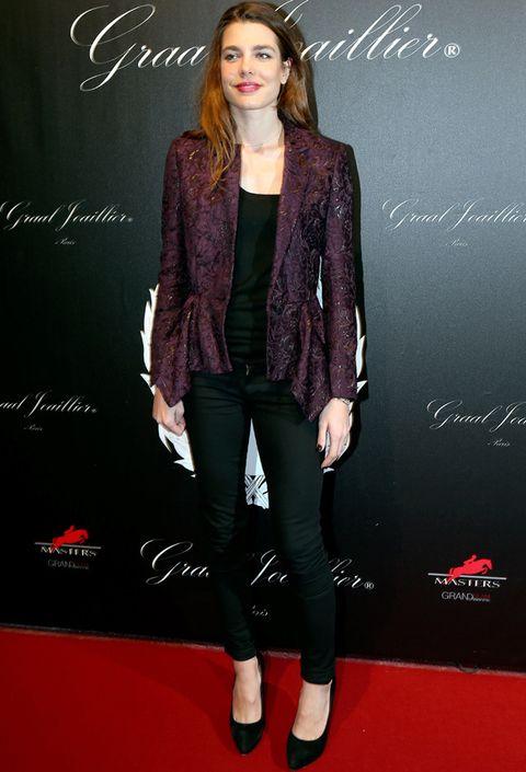 <p>En los <i>Gucci Paris Masters 2012</i> vimos a <strong>Carlota Casiraghi</strong> con un<i> total black</i> de pitillos y top que rompió con su chaqueta deluxe borgoña asimétrica.</p>
