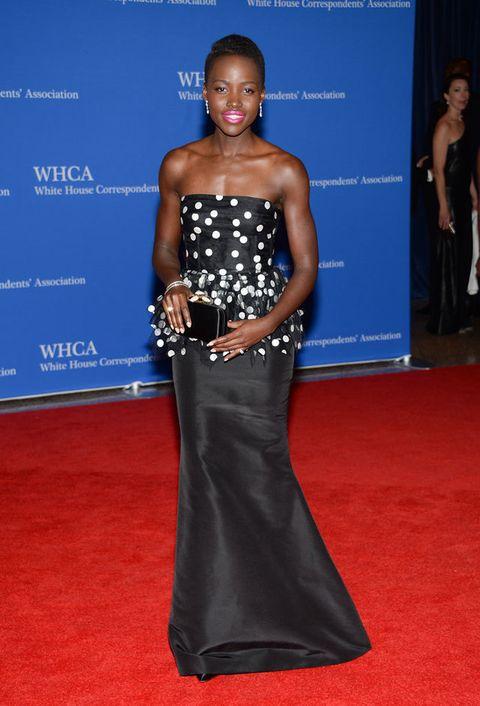 <p><strong>Lupita Nyong'o</strong>acudió con un vestido palabra de honor en 'black & white' de <strong>Oscar de la Renta,</strong>'clutch' también del diseñador dominicano y joyas de<strong>Fred Leighton.</strong></p>