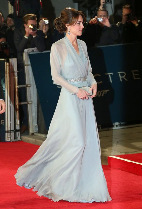 <p><strong>Kate Middleton</strong> eligió un vaporoso vestido en azul palido con sutiles transparencias y detalle joya en la cintura de <strong>Jenny Packham</strong>, clutch de la misma firma y sandalias de <strong>Jimmy Choo</strong>.</p>