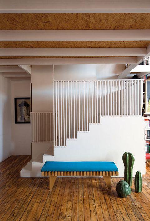 <p>O al principio, según se mire, hay un banco de madera, de Espacio Brut; esculturas con forma de cactus, de Lina Cofán, en Tiempos Modernos, y cuadro de Jacobo Gavira.</p>