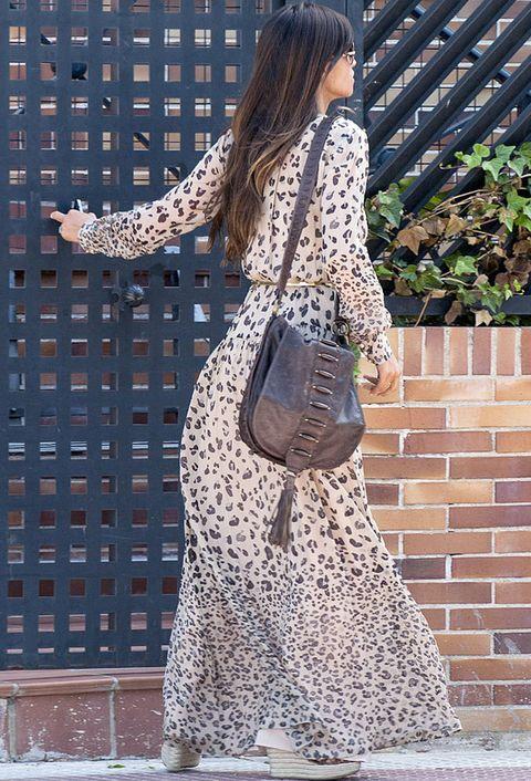 <p>Sara combinó el vestido con bandolera marrón y alpargatas.</p>