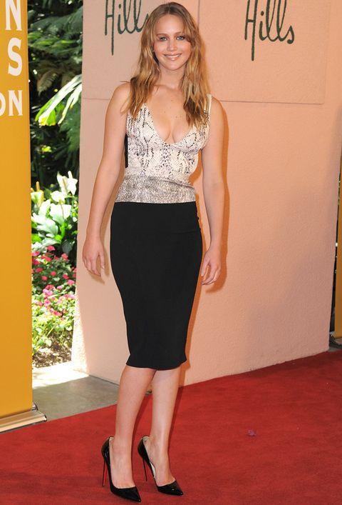 <p><strong>Jennifer Lawrence</strong> muy sexy y elegante a la vez con un vestido de&nbsp;<strong>Narciso Rodriguez</strong> con falda lápiz negra y cuerpo de piel de serpiente, que combinó con unos clásicos salones negros de <strong>Christian Louboutin</strong>.</p>
