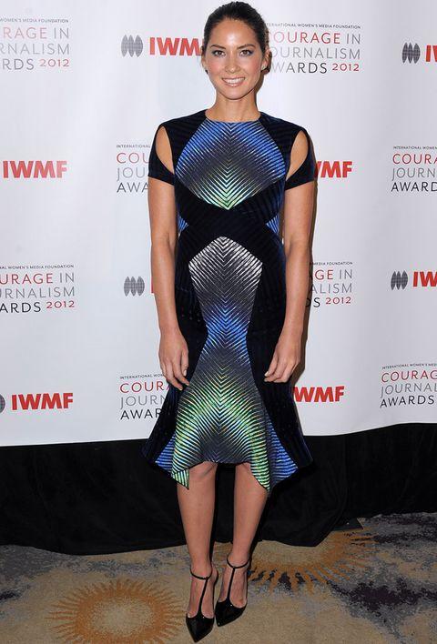 <p>No creemos que <strong>Olivia Munn</strong> acertara con este look. No la vemos nada favorecida con el vestido psicodélico de P<strong>eter &nbsp;Pilotto</strong> midi con abertura en los hombros y sandalias <strong>Louboutin.</strong></p>