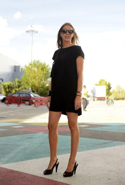 <p>Apuesta segura: mini vestido negro (algo que siempre tiene que colgar de tu armario), 'peep toes' negros y dos o tres complementos clásicos que lo acompañen.</p>