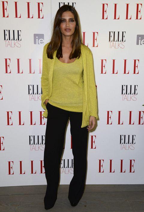<p>Sara Carboneroapostó por un look con chaqueta y top en amarillo de Zadig & Voltaire más pantalones negros de Zara.</p>