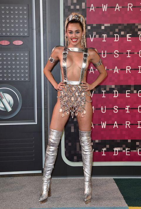 <p>Esa noche quería provocar, eso es seguro. Mileyllegó a la alfombra roja con un llamativo diseño de correas y cristales firmado por <strong>Versace</strong>, botas mosqueteras de la misma firma y joyas de <strong>Lorraine Schwartz</strong>.</p>