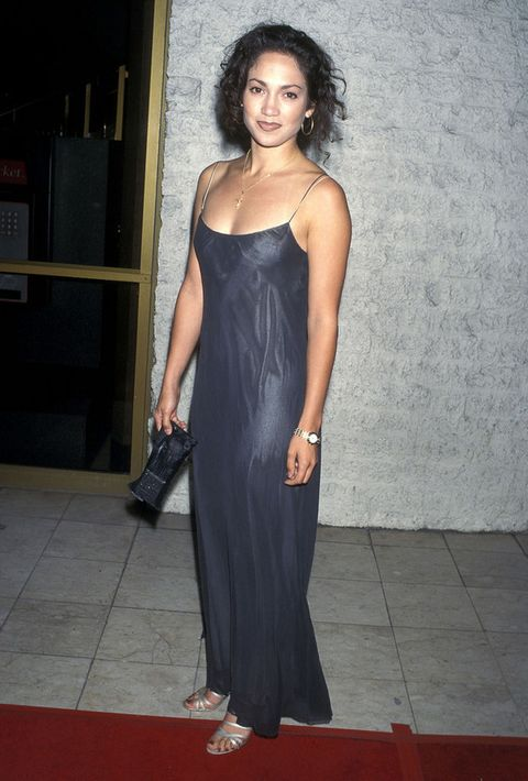 <p>Nada que ver este look minimal con un sencillo vestido de tirantes, pelo rizado negro y maquillaje marcado con su imagen actual. Corría el año 1995.&nbsp;</p>