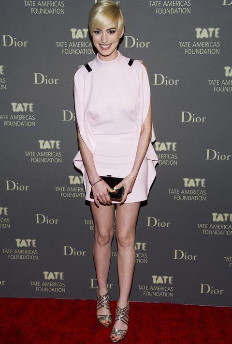 <p>Una de nuestras colecciones favoritas de esta temporada es la de <strong>Givenchy</strong>. Anne Hathaway ha lucido uno de los diseños de la colección, un mini vestido rosa palo con volantes laterales. Clutch rígido dorado y sandalias<strong>Jimmy Choo</strong> con tiras completan uno de los mejores estilismo de esta semana.</p>
