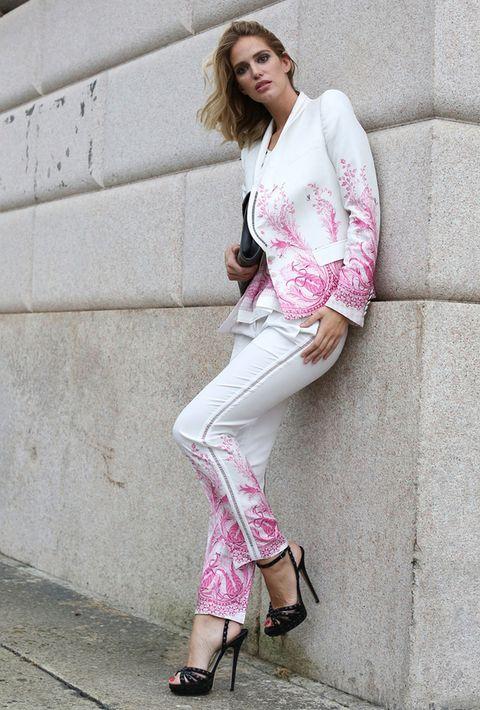 <p>Fantástico este traje blanco con diseños en rosa, muy femenino y perfectamente acertado con complementos en negro.</p>