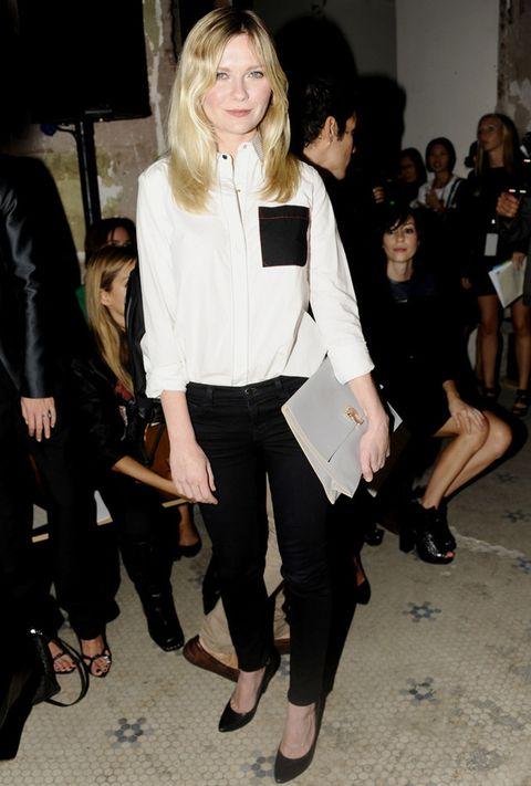 <p>El blanco y negro es todo un acierto, y<strong> Kirsten Dunst</strong> lo confirma con este look. Fichamos su camisa con detalle de bolsillo negro.</p>