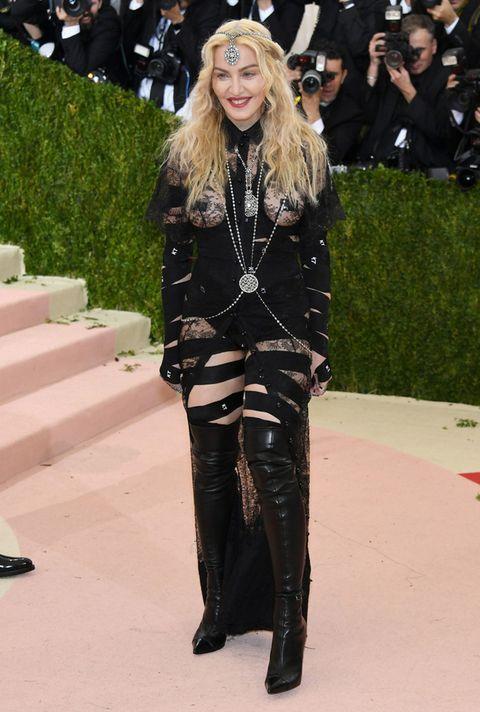 <p>La nota de locura la puso el look en negro de <strong>Madonna</strong> firmado por <strong>Givenchy</strong> con encaje, transparencias, botas mosqueteras y joyas muy llamativas.</p>