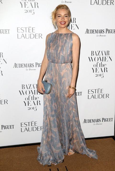 <p>Todo un derroche de elegancia el look de <strong>Sienna Miller</strong> con un vestido estampado en tonos pastel y plisado de&nbsp;<strong>Valentino</strong>. Lo combinó con un clutch azul, sandalias plata y un perfecto look 'beauty'.</p>