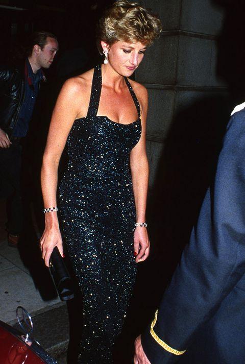 <p>Uno de los adjetivos que mejor definían el estilo de Lady Di era elegante. En cada una de sus apariciones conseguía acaparar toda la atención gracias a estudiados trajes con cortes de lo más favorecedores. Para galas y actos de noche, la princesa Diana solía recurrir a vestidos largos como éste negro con strass y escote halter. Las joyas eran parte importante de su dress code y las utilizaba de forma de muy estudiada. &nbsp;</p>