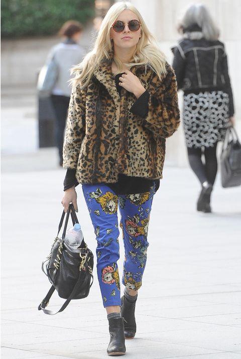<p><strong>Fearne Cotton</strong> y sus combinaciones de estampados imposibles... Con este mix de pantalones azules florales y abrigo de pelo print animal, la vimos paseando por Londres.</p>
