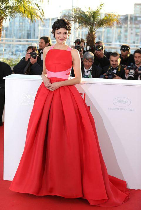<p><strong>Audrey Tautou</strong> funcionó como maestra de ceremonias en la Gala de Clausura y eligió para ello un impresionante vestido 'rouge' sin mangas y lazada rosa ajustando su cintura, de <strong>Lanvin.</strong></p>